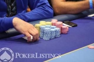 Omaha poker set up chips